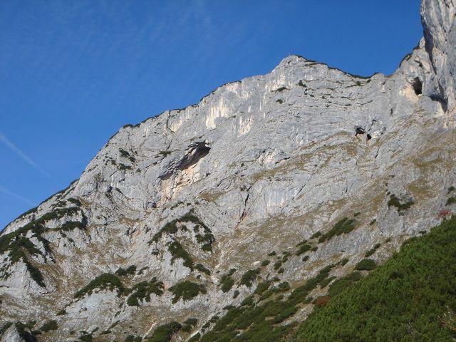 Foto: Manfred Karl / Kletter Tour / Anfängerfreuden V- / Blick vom Zustieg auf die Route, die Höhle links der Bildmitte ist die Naturfreundehöhle, ganz rechts im oberen Bildrand das Mittagsloch. / 05.09.2008 21:09:15