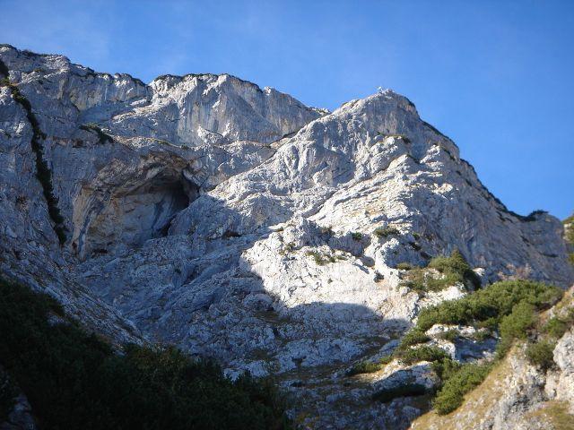 Foto: Manfred Karl / Kletter Tour / Anfängerfreuden V- / Der Seilbahnturm und die Naturfreundehöhle, deutlich erkennbar auch die Ausstiegsrampe. / 05.09.2008 20:54:15