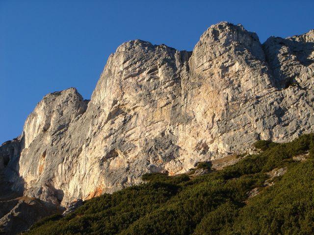 Foto: Manfred Karl / Kletter Tour / Anfängerfreuden V- / Blickfang: Südabstürze des Berchtesgadener Hochthrons mit zahlreichen, meist traumhaften Kletterrouten / 05.09.2008 20:52:57