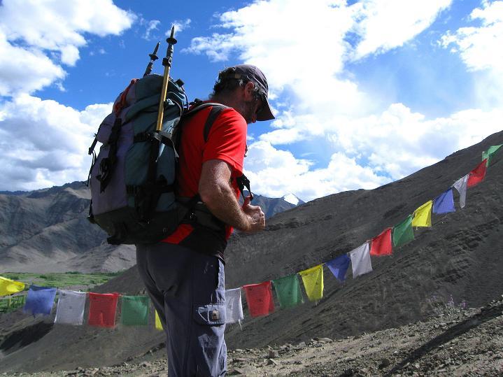 Foto: Andreas Koller / Wander Tour / Choklamsar Ri (4000m) - Akklimatisationstour über Leh / Aufstieg an Gebetsfahrnen entlang / 08.09.2008 23:49:56