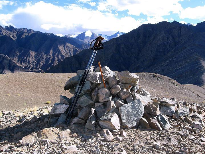 Foto: Andreas Koller / Wander Tour / Choklamsar Ri (4000m) - Akklimatisationstour über Leh / Blick vom Gipfelsteinmann in die Welt der 5000er der Stok Kangri Berge / 08.09.2008 23:48:09