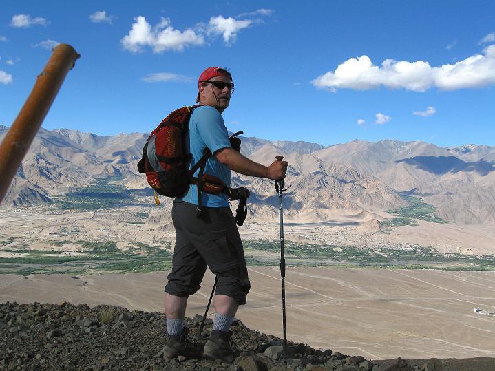 Foto: Andreas Koller / Wander Tour / Choklamsar Ri (4000m) - Akklimatisationstour über Leh / Stramme Waden am Gipfel hoch über dem Industal / 08.09.2008 23:47:41