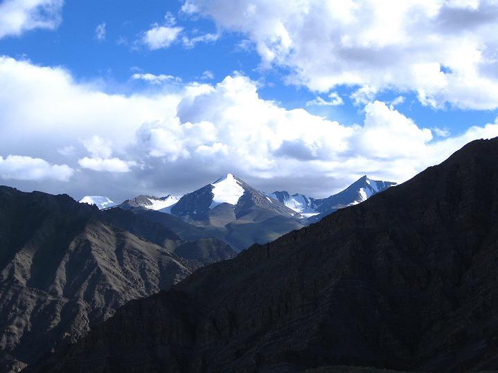 Foto: Andreas Koller / Wander Tour / Choklamsar Ri (4000m) - Akklimatisationstour über Leh / Blick vom Gipfel in die 5000er der Stok Kangri Berge / 08.09.2008 23:46:54