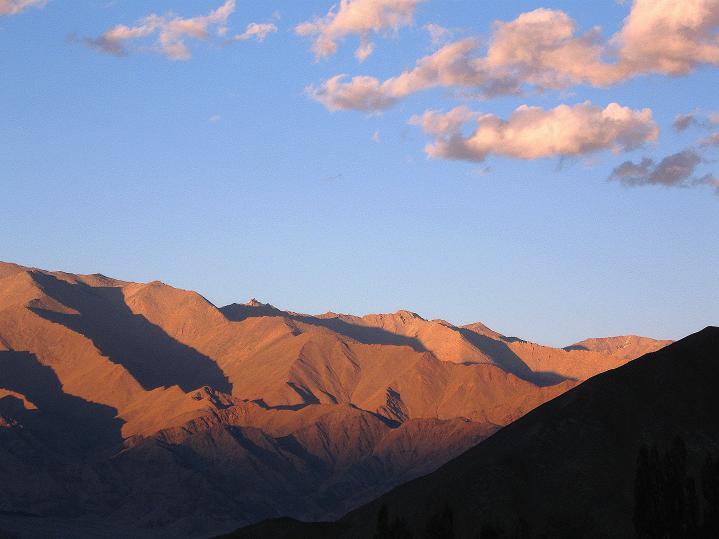 Foto: Andreas Koller / Wander Tour / Choklamsar Ri (4000m) - Akklimatisationstour über Leh / Die Ladakh Range im Sonnenuntergang / 08.09.2008 23:46:03