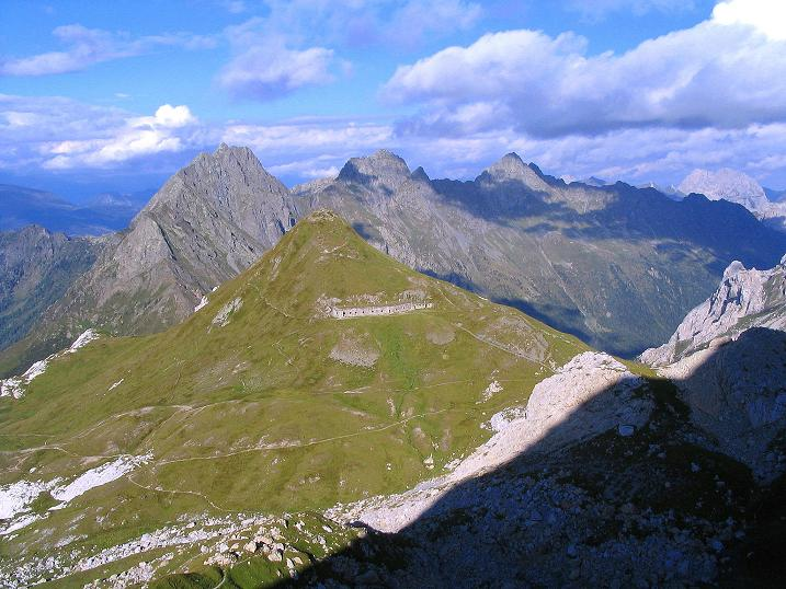 Foto: Andreas Koller / Klettersteig Tour / Via Sartor auf den Hochweißstein / Monte Peralba (2694m) / Vom Hochweißstein Blick ins Hochalpjoch und auf die Raudenspitze (2507 m) / 09.09.2008 23:57:24