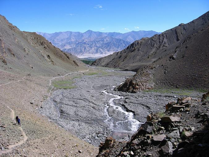 Foto: Andreas Koller / Wander Tour / Vom Stok Gompa auf den Stok Ri (5002m) / Weit geht der Blick hinaus ins Industal / 10.09.2008 01:03:21