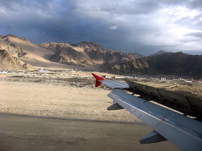 Foto: Andreas Koller / Wander Tour / Vom Stok Gompa auf den Stok Ri (5002m) / Landung am Militärflughafen von Leh / 10.09.2008 01:04:34