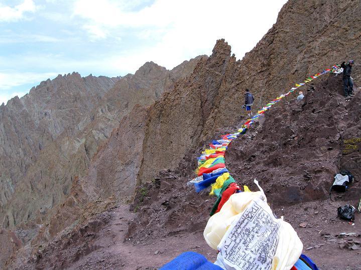Foto: Andreas Koller / Wander Tour / Vom Stok Gompa auf den Stok Ri (5002m) / Gebetsfahnen am Stok La / 10.09.2008 00:57:48