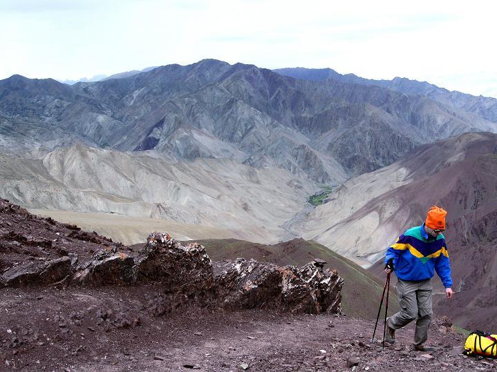 Foto: Andreas Koller / Wander Tour / Vom Stok Gompa auf den Stok Ri (5002m) / Am Stok La mit Blick ins Tal um die Oase Rumbak / 10.09.2008 00:57:29