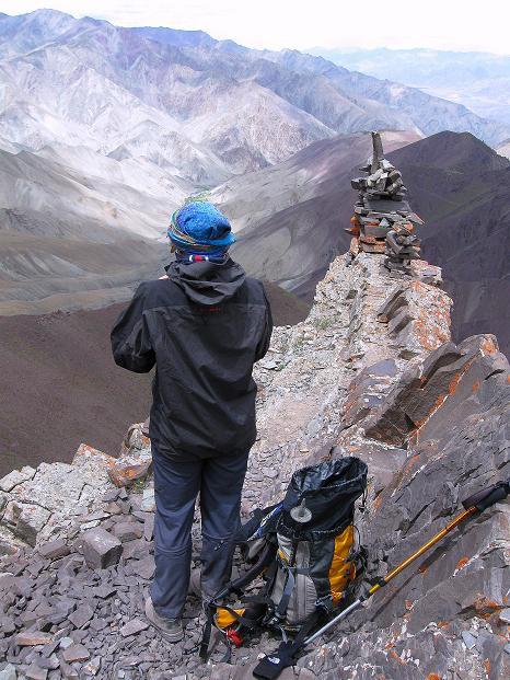 Foto: Andreas Koller / Wander Tour / Vom Stok Gompa auf den Stok Ri (5002m) / Abstieg am Grat vom Stok Ri / 10.09.2008 00:52:35
