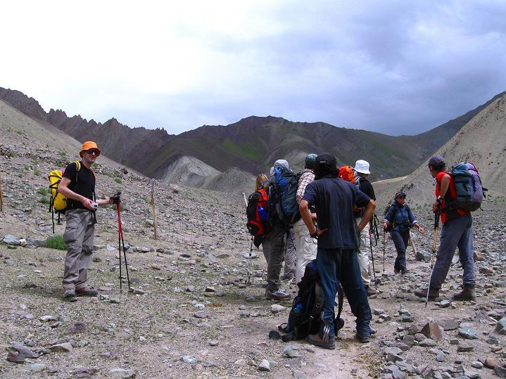 Foto: Andreas Koller / Wander Tour / Vom Stok Gompa auf den Stok Ri (5002m) / Rückblick auf den Stok La und den Stok Ri / 10.09.2008 00:51:20