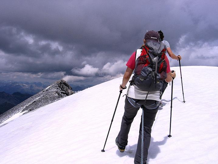 Foto: Andreas Koller / Wander Tour / Historische Tour auf die Payerspitze (3446m) / Die letzten Meter im Schnee zum Gipfel / 11.09.2008 03:06:52