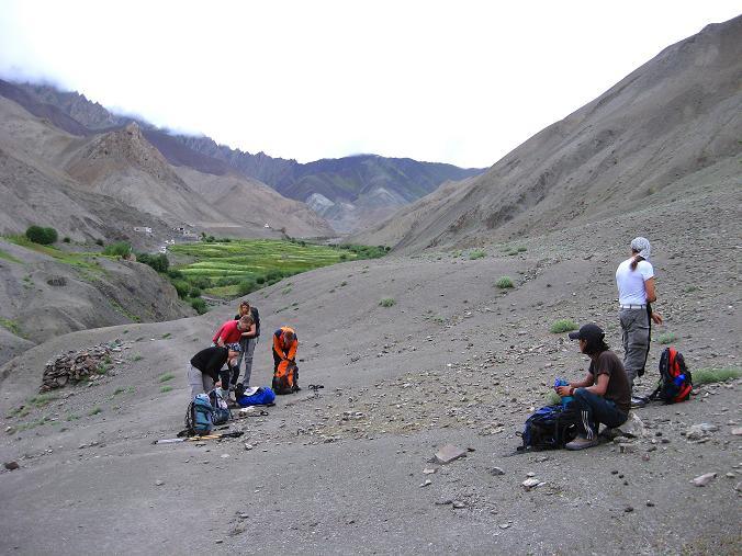 Foto: Andreas Koller / Wander Tour / Über den Ganda Ri (5113m) ins Markha Valley / Rast kurz nach der Oase von Rumbak / 12.09.2008 00:21:52