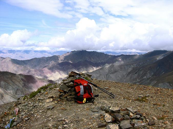 Foto: Andreas Koller / Wander Tour / Über den Ganda Ri (5113m) ins Markha Valley / Am Gipfel eröffnet sich ein fantastischer Ausblick Richtung Karakorum / 12.09.2008 00:14:48