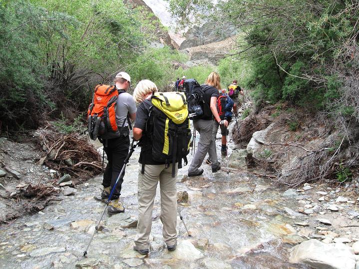 Foto: Andreas Koller / Wander Tour / Über den Ganda Ri (5113m) ins Markha Valley / Manchmal geht es auch durch den Bach / 12.09.2008 00:12:36