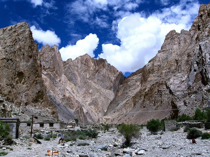 Foto: Andreas Koller / Wander Tour / Über den Ganda Ri (5113m) ins Markha Valley / Von Shingo kommend passiert man diese Schlucht / 12.09.2008 00:10:29