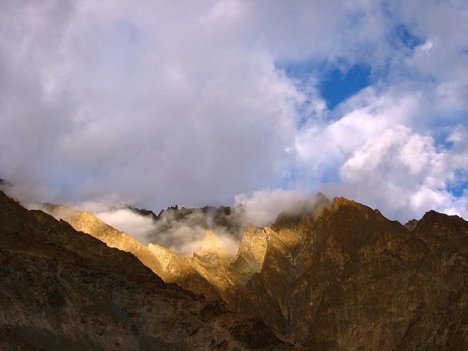 Foto: Andreas Koller / Wander Tour / Durch das Markha Valley nach Tachuntse (4406m) / Die Zanskar Range nach einem Gewitter / 12.09.2008 01:29:44