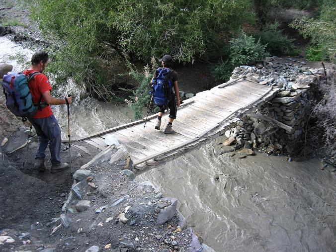 Foto: Andreas Koller / Wander Tour / Durch das Markha Valley nach Tachuntse (4406m) / Ausnahmsweise mal Brücken über den Fluss / 12.09.2008 01:28:32