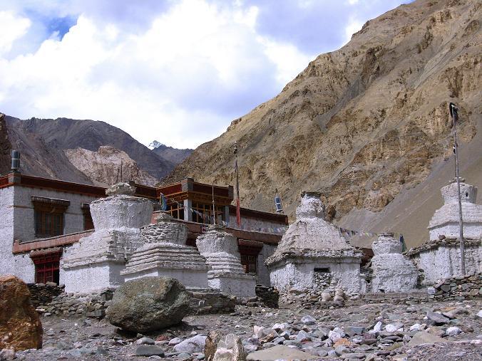 Foto: Andreas Koller / Wander Tour / Durch das Markha Valley nach Tachuntse (4406m) / Markha Gompa mit Stupas / 12.09.2008 01:24:33