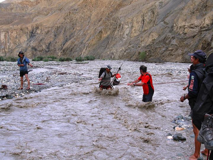 Foto: Andreas Koller / Wander Tour / Durch das Markha Valley nach Tachuntse (4406m) / Gefährliche Flussquerung / 12.09.2008 01:24:13