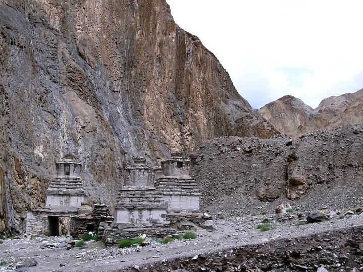 Foto: Andreas Koller / Wander Tour / Durch das Markha Valley nach Tachuntse (4406m) / Stupas im Markha Valley / 12.09.2008 01:23:35