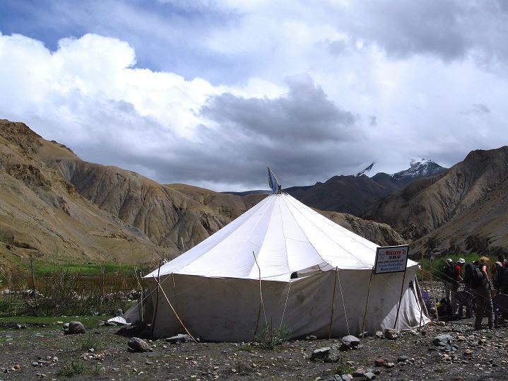 Foto: Andreas Koller / Wander Tour / Durch das Markha Valley nach Tachuntse (4406m) / Tea Tent im Markha Valley; im Hintergrund der Kang Yatse (6404 m) / 12.09.2008 01:22:19