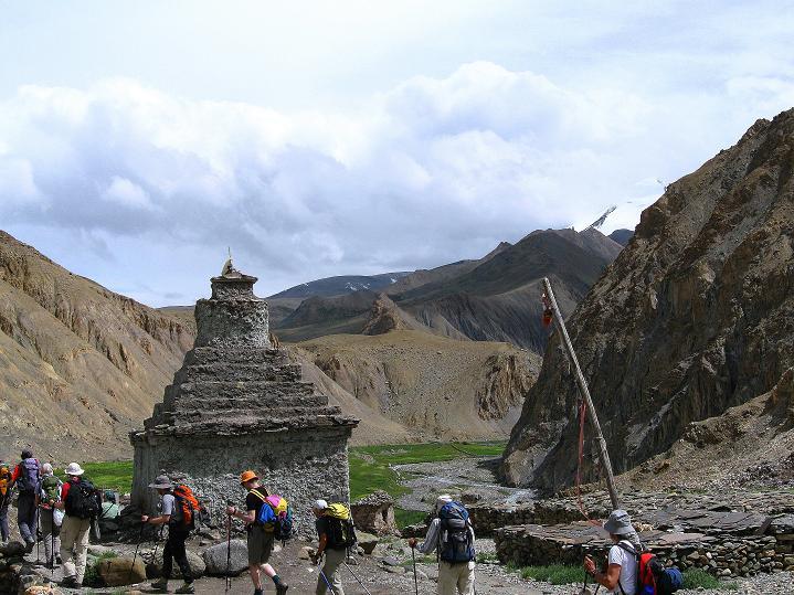 Foto: Andreas Koller / Wander Tour / Durch das Markha Valley nach Tachuntse (4406m) / Eine Stupa vor der Kulisse der 6000er / 12.09.2008 01:21:43