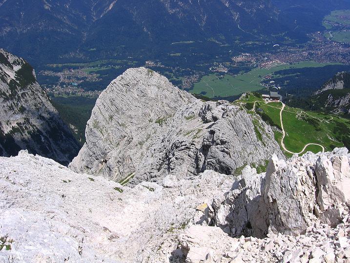 Foto: Andreas Koller / Klettersteig Tour / Alpspitze Ferrata und Überschreitung (2628m) / Tiefblick nach Garmisch / 12.09.2008 15:44:56