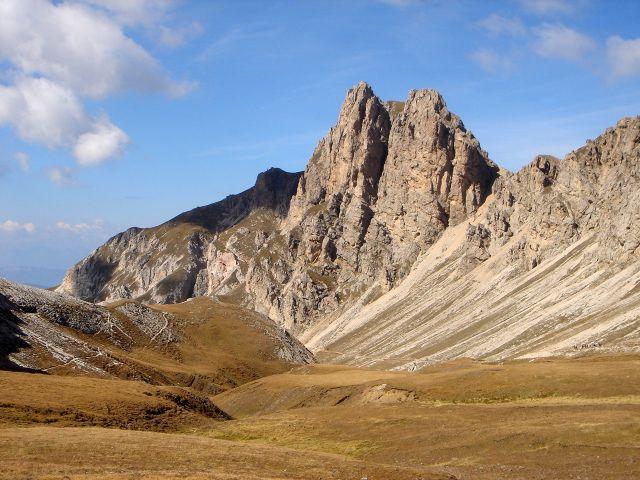Foto: Manfred Karl / Klettersteig Tour / Über den Maximiliansteig auf die Roterdspitze / Roterdspitze, links unterhalb der Felswände vollzieht sich der Rückweg zum Tierser Alpl auf dem Weg Nr. 4 bzw. 3 / 14.09.2008 10:34:46