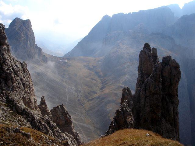 Foto: Manfred Karl / Klettersteig Tour / Über den Maximiliansteig auf die Roterdspitze / Tierser Alpljoch mit der Tierser Alpl Hütte, links der Gr. Roßzahn / 14.09.2008 10:39:17