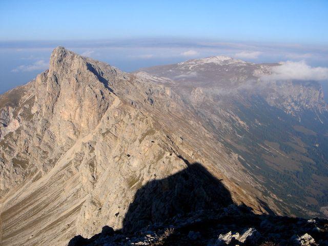 Foto: Manfred Karl / Klettersteig Tour / Über den Maximiliansteig auf die Roterdspitze / Roterdspitze und Schlern vom Gr. Roßzahn / 14.09.2008 10:46:05