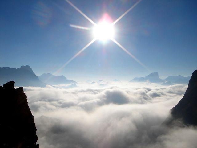Foto: Manfred Karl / Klettersteig Tour / Über den Maximiliansteig auf die Roterdspitze / Die Morgennebel werden sich bald auflösen; re. im Hintergrund Marmolada / 14.09.2008 10:47:25