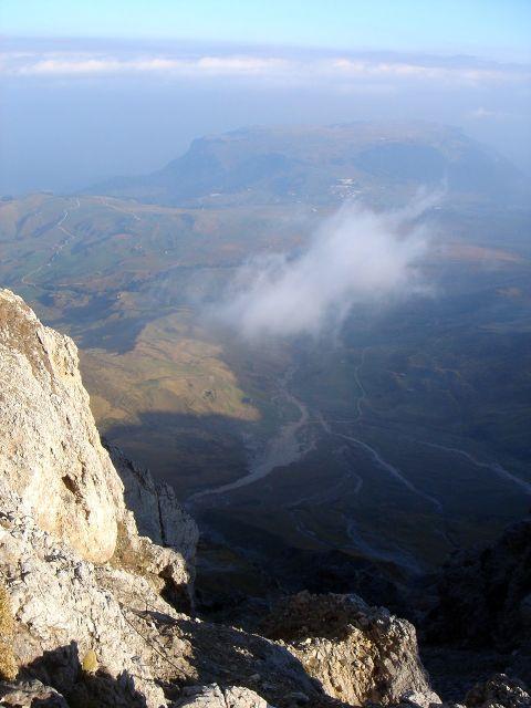Foto: Manfred Karl / Klettersteig Tour / Über den Maximiliansteig auf die Roterdspitze / Kurz unterhalb des Roßzahngipfels mit Blick über die Seiser Alm / 14.09.2008 10:48:03
