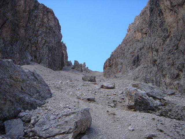 Foto: Manfred Karl / Klettersteig Tour / Laurenzisteig auf den Mittleren Molignon / Etwas mühsam ist der Weg zurück in den Molignonpass / 14.09.2008 11:05:04