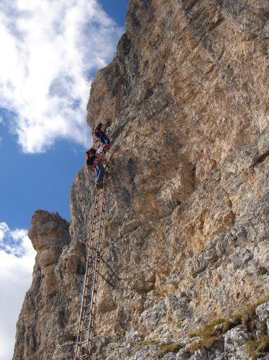 Foto: Manfred Karl / Klettersteig Tour / Via ferrata Piz da Lech / Auf der ersten Leiter / 14.09.2008 19:12:56