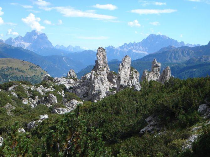 Foto: Manfred Karl / Klettersteig Tour / Via ferrata Piz da Lech / Durch diese malerischen Felszacken (Bec de Roces) führt der Weg Nr. 636 talwärts / 14.09.2008 19:00:49