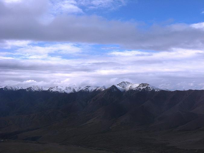 Foto: Andreas Koller / Wander Tour / Von Tachuntse auf den Nimaling Ri (5648m) / Weit reicht der Blick in die verschneite Stok Kangri Range / 14.09.2008 00:24:51