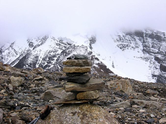 Foto: Andreas Koller / Wander Tour / Von Tachuntse auf den Nimaling Ri (5648m) / Gipfelsteinmann am Nimaling Ri gegen die Kulisse des Kang Yatse (6404 m) / 14.09.2008 00:24:04