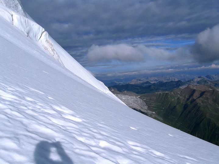 Foto: Andreas Koller / Wander Tour / König Ortler (3905m) / Vom steilen Ortlerferner Blick zur Stilfserjochstraße / 14.09.2008 01:23:24