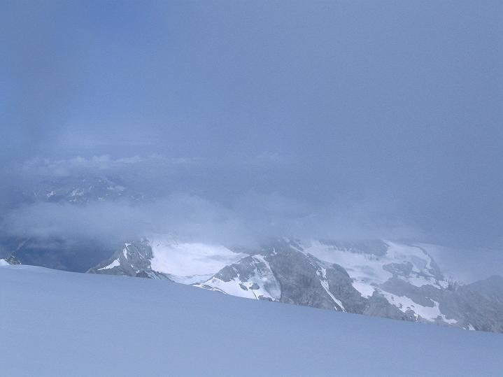 Foto: Andreas Koller / Wander Tour / König Ortler (3905m) / Der Nebel gibt das Stilfserjoch noch nicht ganz frei / 14.09.2008 01:20:37