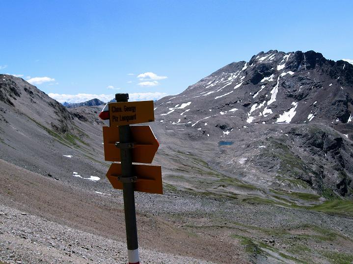 Foto: Andreas Koller / Wander Tour / Piz Languard (3262m) - Bernina-Aussichtsloge  / Wegweiser, im Hintergrund F. Pischa / 14.09.2008 17:10:52