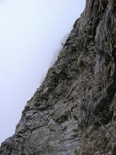 Foto: Andreas Koller / Klettersteig Tour / Klettersteig Ari Schübel (2772 m) / Die Schlüsselstelle taucht in den Nebel / 14.09.2008 17:49:54