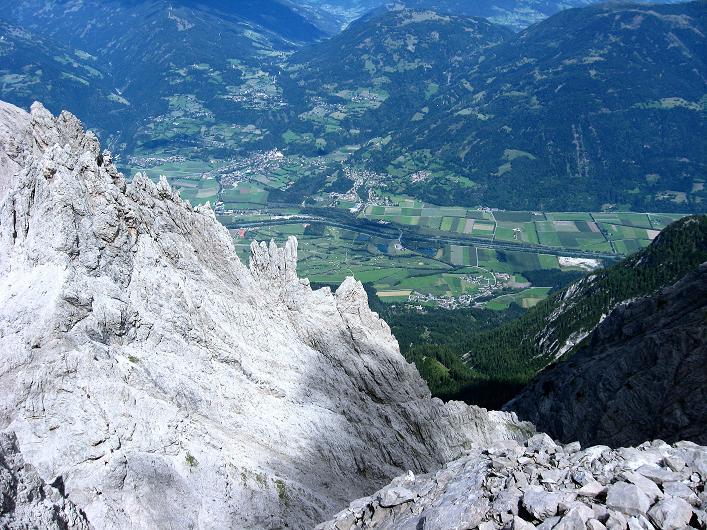 Foto: Andreas Koller / Klettersteig Tour / Klettersteig Ari Schübel (2772 m) / Tiefblick zum Iselsberg und ins Drautal / 14.09.2008 17:47:42