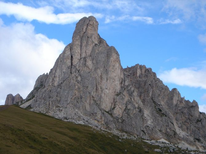 Foto: Manfred Karl / Klettersteig Tour / Via ferrata Ra Gusela / Die Gusela wirkt vom Passo Giau recht eindrucksvoll / 14.09.2008 21:08:26