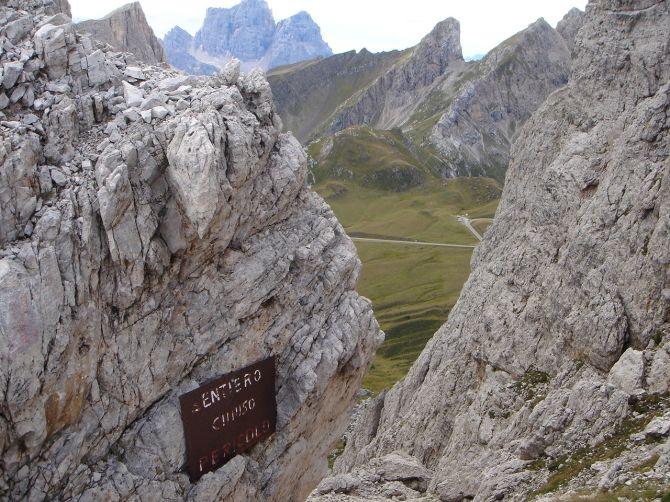 Foto: Manfred Karl / Klettersteig Tour / Via ferrata Ra Gusela / Warnhinweis am oberen Ende der Südostschlucht der Gusela / 14.09.2008 21:07:00