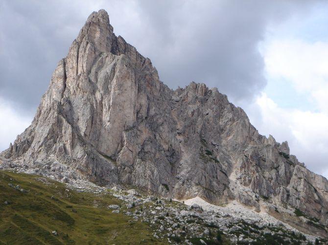 Foto: Manfred Karl / Klettersteig Tour / Via ferrata Ra Gusela / Stolzer Gipfel: Die Gusela, rechts in der Schlucht der frühere Anstieg, kurz, aber nicht zu empfehlen! / 14.09.2008 20:56:17