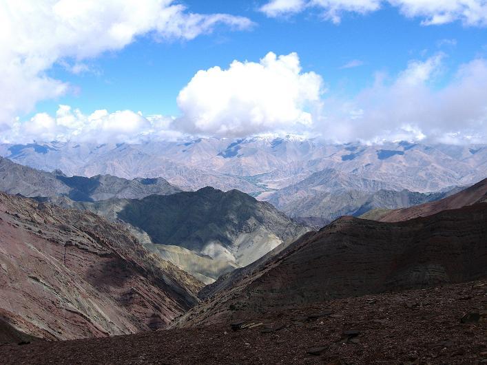 Foto: Andreas Koller / Wander Tour / Über Nimaling auf den Konmaru Ri (5446 m) / Der tiefe Taleinschnitt führt hinaus ins Industal bzw. Leh / 15.09.2008 22:47:48