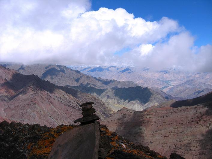 Foto: Andreas Koller / Wander Tour / Über Nimaling auf den Konmaru Ri (5446 m) / Gipfelblick vom Konmaru Ri auf die Ladakh Range im W / 15.09.2008 22:47:04