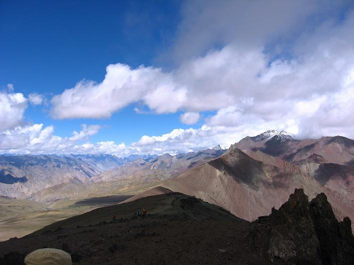 Foto: Andreas Koller / Wander Tour / Über Nimaling auf den Konmaru Ri (5446 m) / Blick an der Stok Kangri Range vorbei Richtung Zanskar Range / 15.09.2008 22:46:17