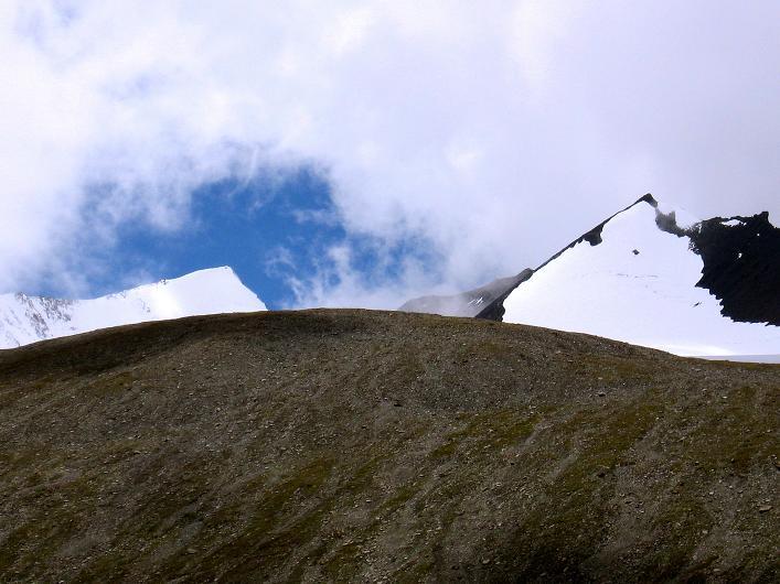 Foto: Andreas Koller / Wander Tour / Über Nimaling auf den Konmaru Ri (5446 m) / Dzo Jongo (6217 m) - links, Regoni Malai Ri (6033 m) - rechts / 15.09.2008 22:44:03